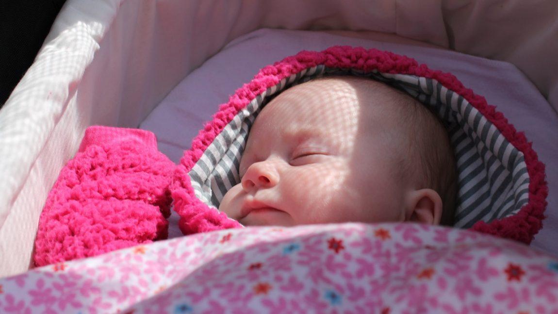 Cele mai frecvente probleme de somn ale bebeluşilor – idei și soluții